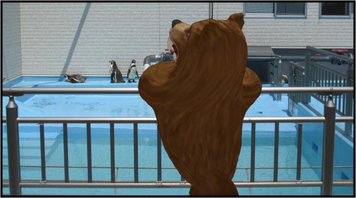 ペンギンを見る熊の着ぐるみを着たおじさん